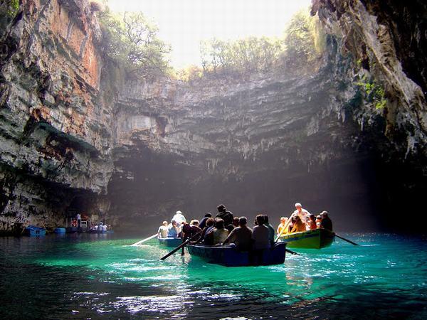 Chuyến tham quan sẽ thêm phần ý nghĩa nếu bạn ghé qua hồ Ba Hầm khi du lịch Hạ Long
