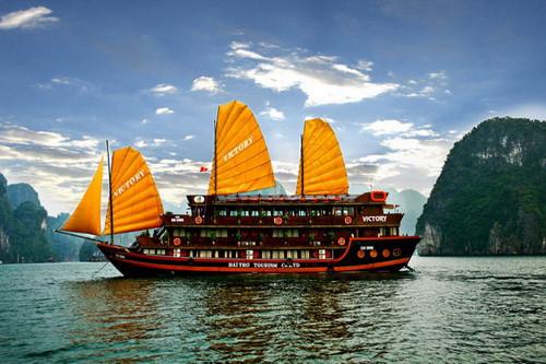 Những cánh buồm đa màu sắc trên du thuyền nhìn rất đẹp mắt