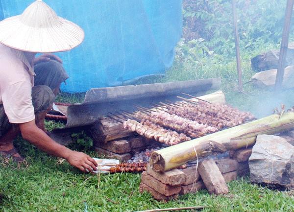 Lợn mán nướng thơm ngon hấp dẫn du khách