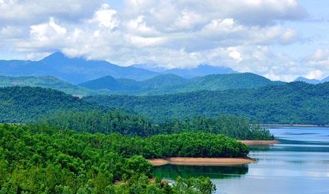 Nơi đây là sự kết hợp của cả núi non, hồ nước lớn cùng nhiều  hòn đảo lớn nhỏ khác