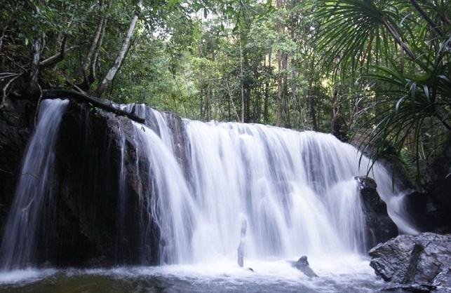 Thác nước chảy đẹp mê mẩn của Suối Đá Ngọn