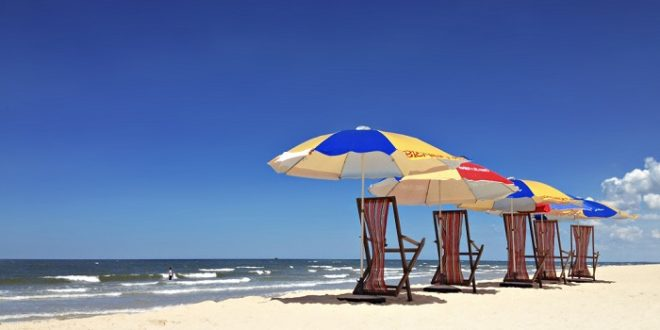 Biển Nhật Lệ xoa dịu cái nóng bức của mùa khô Quảng Bình