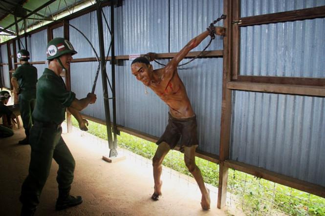 Tái hiện lại hình ảnh dùng nhục hình ở trại giam